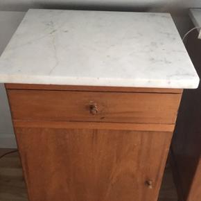 To rigtig fine natborde i kvalitetstræ med patina og med marmorplader. Klik på billederne for at se detaljer ved benene.  Marmorpladerne ligger tungt og fast, men bør nok lige limes fast til natbordene. Der er meget skabsplads, da skabene er dybe. Marmorpladerne er revnede og limet sammen, og kommoderne er slidte hist og her. Derfor gratis.   Cirkamål: H: 75, B: 44, D: 38 centimeter