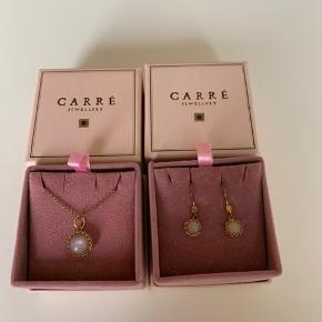 Super fint sæt med halskæde og øreringe fra Carré - guldbelagt kæde og lyserøde sten. Bemærk - lang kæde ☺️