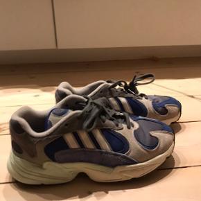 Nice Adidas Sneakers, i modellen; Adidas original yung'1. Har brugt dem i et stykke tid i ny og næ, som indesko til trænning. Derfor er der absolut ingen tegn på slid overhovedet. Skriv endelig for flere billeder og spørgsmål❤️