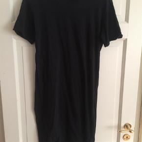 Varetype: Midi Farve: Sort Oprindelig købspris: 299 kr.  Brugt 2-3 gange. Den lange T-shirt er asymetriske i længden.