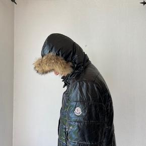 Moncler jakke str 4 i herremodel, hætten medfølger. Jakken er slidt og tags er klippet ud, så den sælges derfor billigt. Skriv privat for billeder af slidtage💗