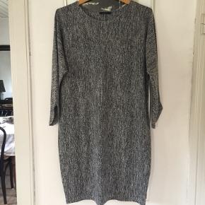 Sort/grå meleret kjole med fin ærme afslutning. Brugt få gange. Pris 100,-pp Bytter ikke.
