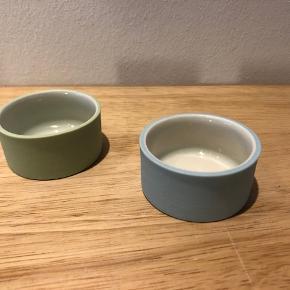 Salt & Peber kar  To utroligt smukke små stilfulde kar til fx salt & peber.  I skønne varme bløde farver, der udtrykker sig forskelligt alt afhængig af baggrunden (se billeder)  Signeret i bunden (se billede 3).  Størrelse: Ø 4.5 cm. H: 2.5 cm  Aldrig brugt. Fremstår fremragende.