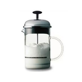 Bodum Chambord mælkeskummeren skummer din mælk på ingen tid - uden brug af strøm!Mælkeskummeren er perfekt tilbehør til din stempelkande, så du kan lave cappuccino, latte mm.  Hæld kold mælk i glaskanden og bevæg stemplet op og ned et par gange. Hvis du skal have varmt mælkeskum kan du bare sætte glaskanden, med den opskummede mælk, i mikrobølgeovnen i cirka 30 sekunder. Kanden er fremstillet af borosilikatglas, som er robust og let på samme tid.  Stemplet er fremstillet af rustfrit stål og plast som kan holde til at komme i opvaskemaskinen.  Let at anvende - uden strøm Skummet- eller letmælk anbefales Tåler opvaskemaskine Kapacitet på mælk 250 ml, glasset 1,0L Tydelig maks. angivelse på glasset  Mælkeskummer Farve: Glas/Sort/Sølv Oprindelig købspris: 299 kr.