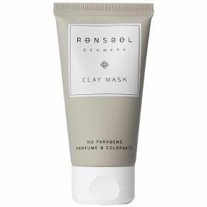 Rønsbøl Clay Mask 50 ml - Normal nypris online 169 Min MP 79kr Rønsbøl Clay Mask er en dybderensende lermaske, som er specielt udviklet til en fedtet og uren hud. Den indeholder en særlig kombination af blandt andet mandelolie, glycerin og ekstrakt fra ingefær og kanel. Disse ingredienser er med til at reducere talgproduktionen, samtidig med at virke poresammentrækkende. Masken er beriget med naturligt ler, som er spækket med nærende mineraler. Ved brug af denne maske vil man opnå en frisk, sund og velplejet hud med en naturlig og smuk glød. Produktet er uden parabener, parfume og farvestoffer.  Fordele:  Dybderensende lermaske Reducerer talgproduktionen Virker poresammentrækkende Med nærende mineraler Giver en frisk, sund og velplejet hud Giver en smuk og naturlig glød Til en fedtet og uren hud Uden parabener, parfume og farvestoffer Anvendelse:  Påfør et jævnt lag på ren hud Massér masken ind og lad den virke i 10 min. Afvaskes med vand Anvendes efter behov Ingrediensliste:  Aqua, Glycerin, Illite, Prunus Amygdalus Dulcis Oil, Caprylic/Capric Triglyceride, Dimethicone, Cetyl Alcohol, Glyceryl Stearate, Butylene Glycol, Isopropyl Myristate, PEG-75 Stearate, Polyacrylamide, Cinnamomum Cassia Bark Extract, Zingiber Officinale Root Extract, Sanguisorba Officinalis Root Extract, Ceteth-20, Steareth-20, C13-14 Isoparaffin, Laureth-7, Ethylhexylglycerin, Phenoxyethanol.