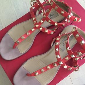 Sælger mine smukke, skønne Valentino rock stud sandaler i koralfarvet. De er kun brugt få gange og har derfor ingen tydelige brugstegn udover sålen indvendig og udvendigt, hvilket ikke kan undgåes. Sælger dem kun fordi jeg må erkende, at de er lige det største til mig :-( Der følger æske, dustbag, folder om skoene og ekstra studs med til. NP: 4800,00  Kom endelig med et realistisk bud!