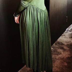 Sælger denne smukke vintage kjole. Har kun haft den på én gang som ses på billedet.  BYD