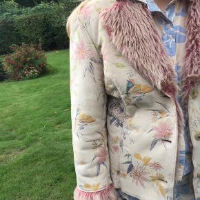 Mega sej jakke i fake fur med smukt mønster i rosa, gule, blå og guld toner. Perfekt som overgangsjakke.  Ingen tegn på slid.  Passes af en str L, men kan også passes af en str M for et cool oversize look.  Spørg ikke om mp, kom i stedet med et bud.