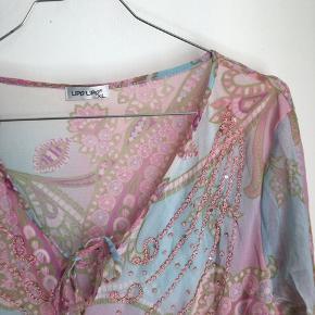 sød bluse i pastelfarver med eventyrs / prinsesse vibes, materialet er mesh en størrelse xl, jeg har brugt den lidt som kjole bluse , og er alm s
