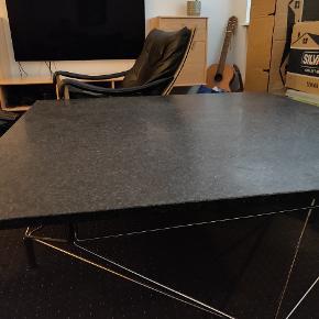 Granit Spider sofabord med understel  af rustfrit stål. Den er vedligeholdt og er som ny.  Ny pris er omkring 10.500 kr Kan afhentes i Aalborg