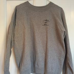 Den fremstår som ny, dog kan det mærkes at den er blevet vasket som det ofres kan med sweatshirts. Køber betaler fragt:)