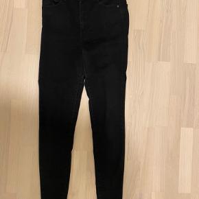 Sorte levis mile High jeans i størrelse W28 L30.  Der er super meget stretch i og højtaljede, så meget behagelige at have på. Jeg har kun haft dem på enkelte gange så de er i super stand.