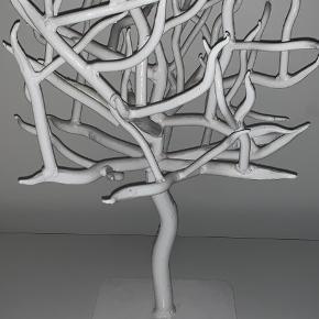 Mega cool træ i massivt jern. Så det er tungt og sendes ikke.   Det kan anvendes både som smykketræ eller blot udsmykning.   Købspris var 1100.   Det er 56,5 cm højt. Så det kan sagtens stå på et gulv og 'se ud af noget'.   Obs: prisen på forsendelsen der står her er ikke korrekt for det vejer vel godt 5-7 kg.
