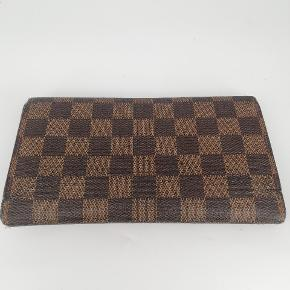 Louis Vuitton longwallet i damier ebene🍂  Der er plads til kort, sedler osv 🌸  Det er en smuk monogram ebene🍂  Har meget få tegn på brug 🌸  Jeg har desværre intet originalt tilbehør da den er købt vintage ♻️