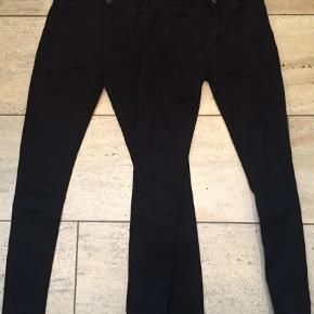Varetype: Jeans Farve: Sort Oprindelig købspris: 400 kr.  Det ene par er lidt mere brugt end det andet par. Benlængde fra skridt 72 cm Længde ialt 104 cm.  • Pris for begge par 225,- •