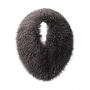 Grå pels krave i ægte rævepels. Helt ny og aldrig brugt. Sælges da jeg nu har fået en anden farve i stedet.  Størrelse : 109L x 13W Kan stadig købes hos Oh! by Kopenhagen Fur. Mindste pris 1300kr.