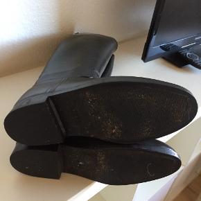 1 par fine Aigle gummiridestøvler str 40. Har ridser men er ikke brugt ret meget.    Kan sendes med DAO. 6705 Esbjerg ø