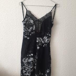Fin kjole med blondedetaljer, blomsterprint og den smukkeste ryg