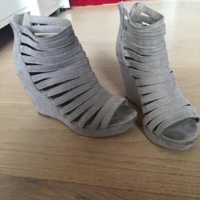 Virkelig lækre beige-farvede hæle fra Shixo i str. 36 Stadig i god kond. Min Mp. er 50, da de stadig er god kvali Hvis du har andre prisbud så kom med dem ;)