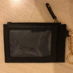 Fin Tommy Hilfiger pung/kortholder med nøglering .. et rum med lynlås og et med gennemsigtigt plast .. måler 8x13 cm