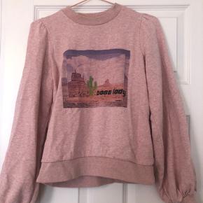 Sælger denne lækre sweater fra Ganni. Den er kun brugt gå gange og har ingen slidtegn. Trøjen har store flotte pufærmer og tryk foran.