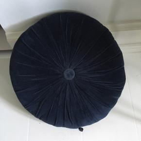 Mørkeblå velour sofapude. Stort set ubrugt, har ligget til pynt i en entre.