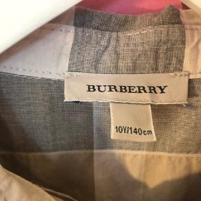 Som ny, Inge fejl el. mangler, smuk luksus tunika skjorte fra Burberry  Np 1200   K8