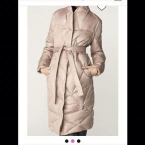 Super flot og varm Malene Birger dun jakke sælges, den er str 34 men passer også str 36.
