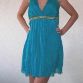 Varetype: Flot sommerkjole sommer kjole turkis grøn blå blågrøn grønblå guld babydoll Størrelse: 10 Farve: Turkis  Super flot kjole! Den er brugt få gange :-)  Den sælges for 75 + porto :-)