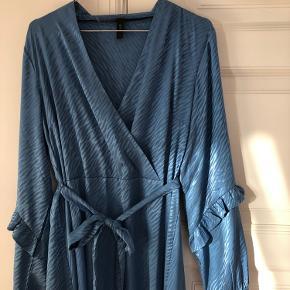 Helt ny smuk blå kjole fra Y.A.S. Passes af 36-38. Bindebånd i taljen.