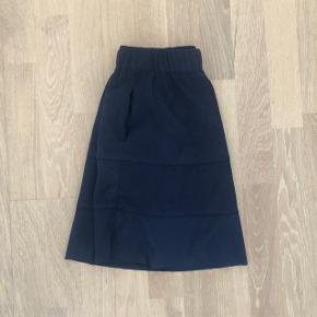 Fin mørkeblå nederdel i velour, næsten aldrig brugt :-) størrelse XS. Den er fra Noisy May.