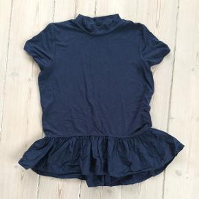 Sød mørkeblå T-shirt med flæsekant