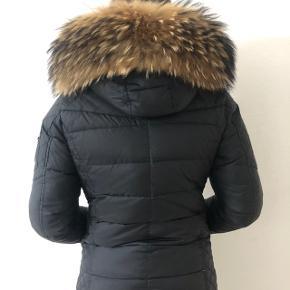 Jeg sælger min rock and blue jakke i den sorte mellem lange model. Størrelse 38. Den er i god stand. Nypris var 2900kr. Skriv pb for mere info