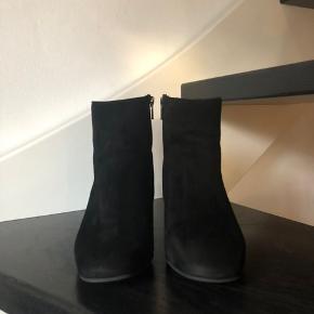 LBDK støvle m. hæl i sort ruskind - brugt en enkelt gang. Velholdt og i pæn stand...  Købt efterår 2019