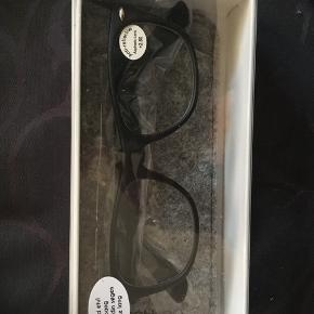 Helt nye læsebriller med styrke +2,5 med anti-refleks. Medfølger etui.  Byd