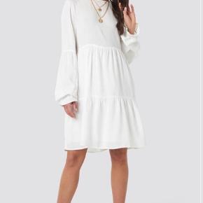 Sælger denne søde sommerkjole  Kan også bruges til et par bukser Størrelse 34 Sælges i hvid  Brugt en enkelt gang