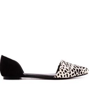 Rigtig fine sko i str. 40 / UK 7 med dyreprint i sort og hvid.   Aldrig brugt  Tags: flats Ballerina Sandaler