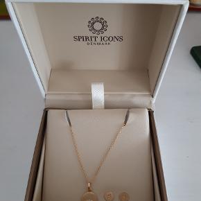 Spirit Icons  North Star smykkesæt - forgyldt sterlingsølv med brillantsleben diamant. halskæde og øreringe, samlet sæt 600 kr. (spar 690 kr.) Øreringe: 395 kr.  Halskæde: 895 kr. (længde 41 cm)  Se mere info på: https://spiriticons.dk/ Produkterne er ubrugte og sælges kun samlet. Æske medfølger. Hvis det ønskes, kan smykkerne sendes til 39 kr. (dvs. 639 kr. i alt) til nærmeste GLS butik.
