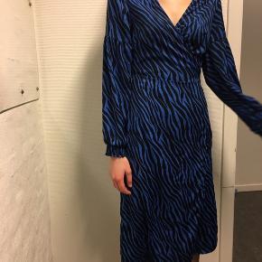Super flot wrap dress fra Pieces. Kun brugt 1 gang til nytår. Str m men kan også sagtens passes af en str small:) 225kr ellers kom med et bud, så ser vi på det;)