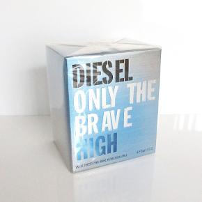 Eau de Toilette, Parfume , Diesel  Only The Brave High by Diesel - Eau De Toilette Spray 75 ml - til mænd Helt ny og stadig med uåbnet folie.  Diesel Only the Brave High EDT er en let og frisk parfume til mænd. Det er den nyeste udgave af Only the Brave serien fra Diesel, og er lettere end den klassiske duft.  Ny pris: 545 kr. Sælges nu for 295 kr.  Kan sendes med sporbar post til 39 kr. eller afhentes på Amager nær Amagerbro metro.