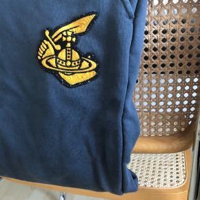 Joggingbukser fra vivienne westwood i navy/gul. De er str M men fitter småt, og er brugt en håndfuld gange💞
