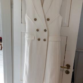 Den smukkeste kjole nogensinde der alt efter tilbehør kan anvendes til de særlige arrangementer eller med jeans under som cool og chic. Den kan sågar anvendes som brudekjole og er fantastisk i kvaliteten.