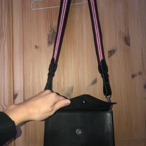Sælger denne fede enkelte taske. Næsten sikker på den er fra pieces. Fed rem i striber. Har brugt den en gang.. den sælges som den ses på billederne.