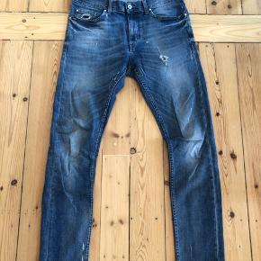 Fede Tiger of Sweden jeans der er produceret med en smule slid på begge lår. Bukserne er brugt 1/2 års tid og derfor i rigtig fin stand.