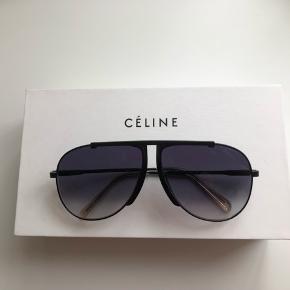 Varetype: Solbriller Størrelse: Se billede Farve: Sort  Celine solbriller model cl40026l. Brugt en gang og helt fine og ned originalt etui. Har ikke kvittering, men sælger ikke uægte varer (valideret medlem), så venligst unlad den type spørgsmål. De er købt i Frankrig. De er ret svære at tage billeder af, da polaroid glasset fanger lyset og giver et sært skær, på fotos, som de ikke har irl. De er dog mørke, som det liggende billede, men med et let petroleumsfarvet  i lyset. Super smukke og stilede. Se dem evt. Bytter ikke, men sender gerne. Køber betaler porto og TS.