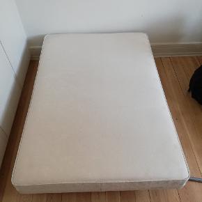 Skal hentes d. 26/6 eller 27/6 God seng inklusiv topmadras. Topmadrassen er et år gammel, og er kun brugt 2 måneder. Ny pris 1.799,-