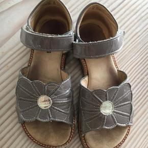 Varetype: SandalerFarve: Grå Oprindelig købspris: 800 kr.  Flotte grå lak sandaler. Kun brugt 2 mdr. :-)