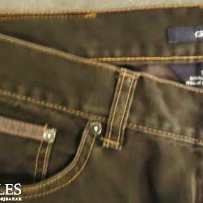 Fra GANT :  jeans - model Tyler Størrelse: 33 / 32 Farve: Olivenbrun Oprindelig købspris: 800 kr. Fede jeans fra Gant model Tyler. Fremstår som nye. Udvendig benlængde : 99 cm. Indvendig benlængde : 73 cm. Sender gerne på købers regning : DAO 39,-
