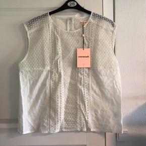 Super fin hvid top fra Custommade, størrelse 44/XXL. Ny pris 1.500,- Modellen hedder 'Runa'.  #30dayssellout