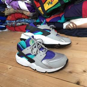 Lækre retro Nike Air Huarache sneakers. De er i god stand.  Skoene er 41 og vil garenteret få alle dine venner til at misunde din fede vintage stil!   Se også mine andre annoncer med retro trøjer, jakker og tasker fra f.eks. H2O, Nike og adidas 😉